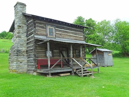 Castlewood, VA: no name on this log building