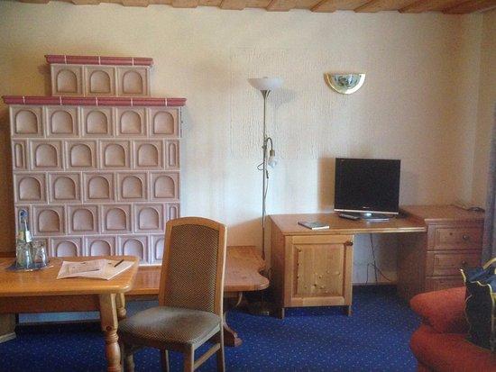 Warzenried, Alemania: Dekokachelofen im Zimmer