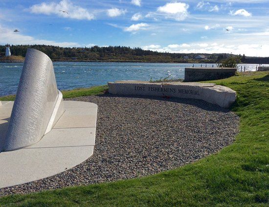 Lubec, Мэн: The beautiful bench carved with the name of the Memorial