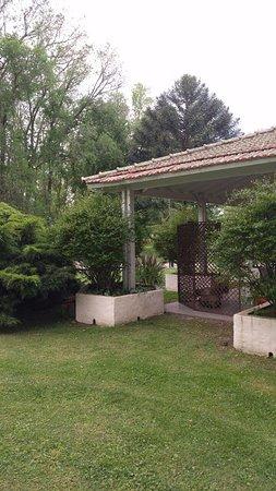Brandsen, Argentina: Desde sector privado de la habitación, al aire libre, que cuenta con dos sillones.