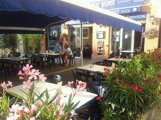 Un terrasse ombragée et fleurie - Picture of Le Petit Bistrot ...