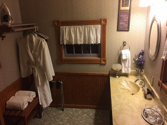 Rock Cottage Gardens B&B Inn: Bathroom comes with two very nice bathrobes.