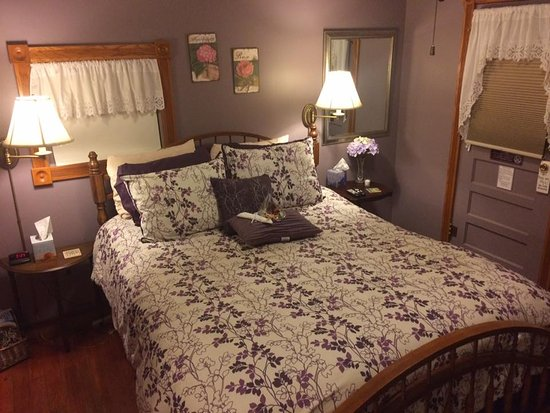 Rock Cottage Gardens B&B Inn: Our bed in cottage #1
