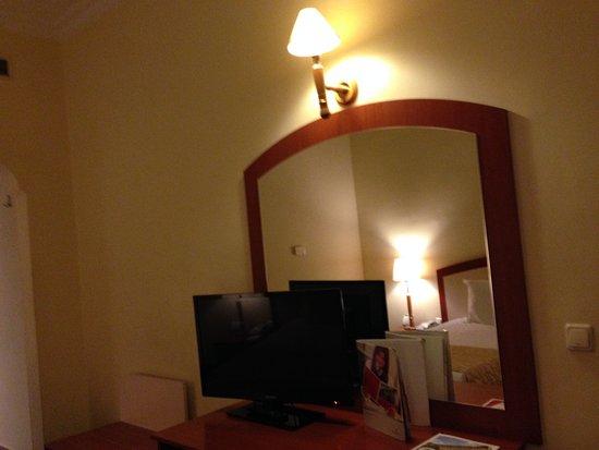 A tv de tela plana pequena n o deveria ficar em frente - Television pequena plana ...