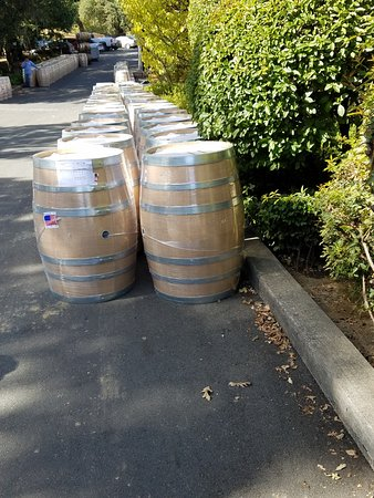 Healdsburg, Californië: Barrel delivery for the harvest