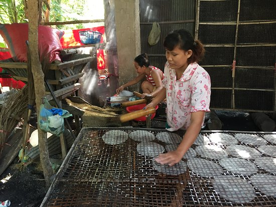 Battambang, Kambodsja: Making Rice Paper (theirs were a tad better than our attempts)