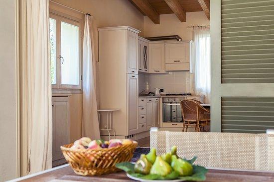 Cucina e patio esterno con tavolo e sedie per rilassarsi all ...