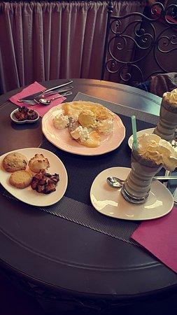 """Gouvieux, Frankreich: Thé matcha + gâteaux """"le tout est permis"""" + crêpe maison"""