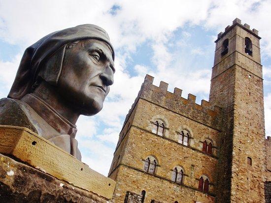 Poppi, Italië: La statua del sommo poeta