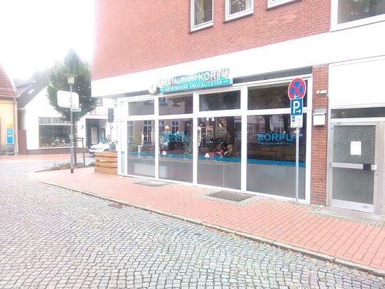 """Neustadt in Holstein, Jerman: hier nun eine Seite des großen Resraurants """"Korfu"""". Die Terrasse befindet an der anderen Strasse"""