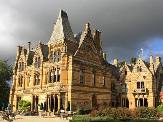 Alderminster, UK: Side of hotel facing chapel