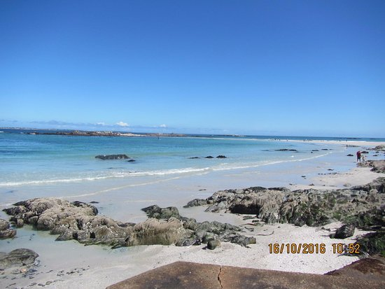 Bloubergstrand Beach: Great island to explore at low tide