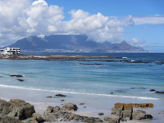 Bloubergstrand Beach: The view across the bay to the city