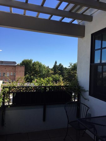 Chico, CA: Pergola, spacious outdoor with table & chairs, beautiful view.