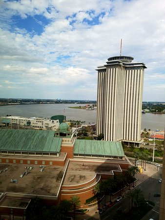 Loews New Orleans Hotel: View of the Mississippi River out the window