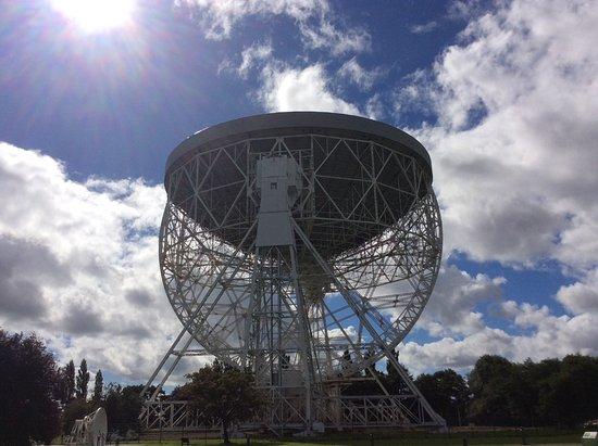 Jodrell Bank Discovery Centre : Lovell telescope facing directly upwards