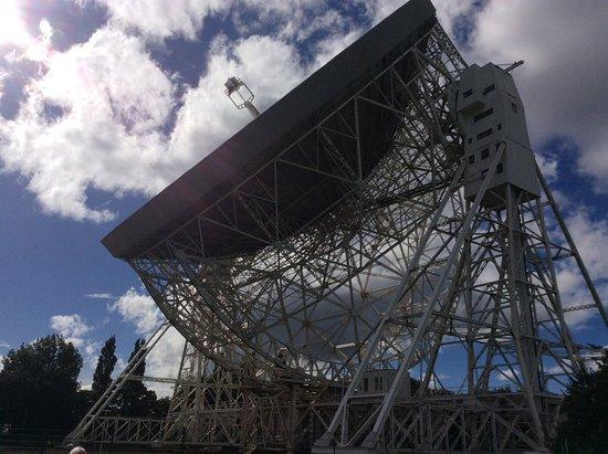Jodrell Bank Discovery Centre : Lovell telescope on the slant