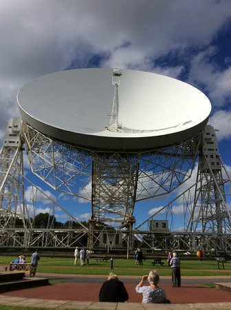Jodrell Bank Discovery Centre : Lovell telescope in the sunshine