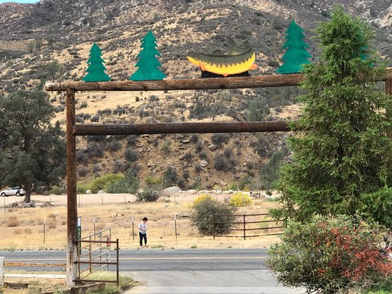 Kernville, CA: Outside of resort looking across to the Kern river