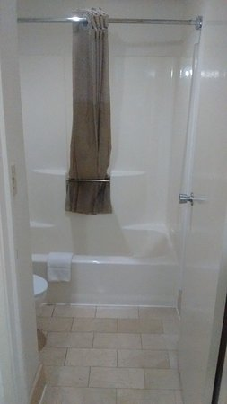 Motel 6 Norcross: Bathroom with marble tile floors, and full size bathtub & shower.