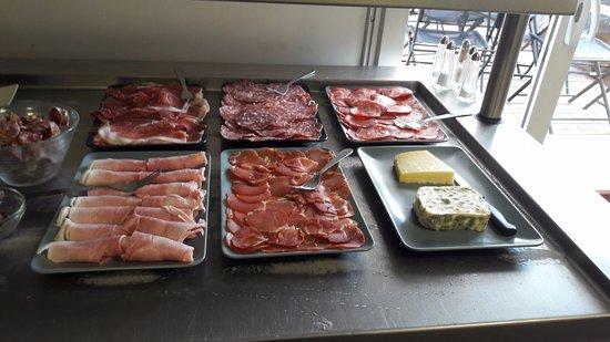 Villefranche-de-Lauragais, Frankrike: Charcuterie, pâté et saucisson en buffet d'entrée