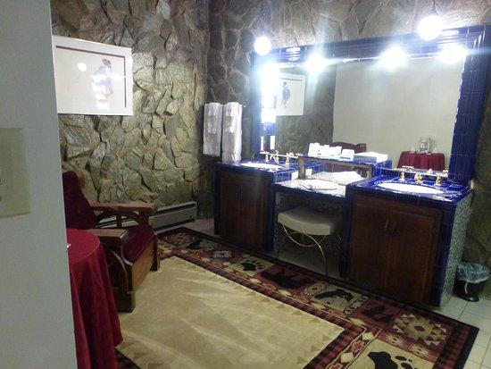 El Rancho Hotel & Motel: The floor is carpeted!