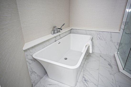 Victoria Inn Hotel & Convention Centre: Spa Suite Bathroom