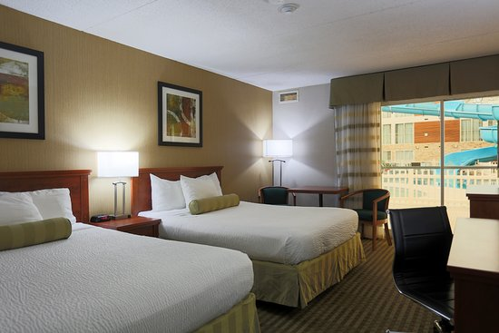 Victoria Inn Hotel & Convention Centre: Poolside