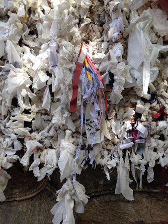 Meryemana (The Virgin Mary's House): Pedidos nas fitinhas ou em papéis amarrados num aramado.