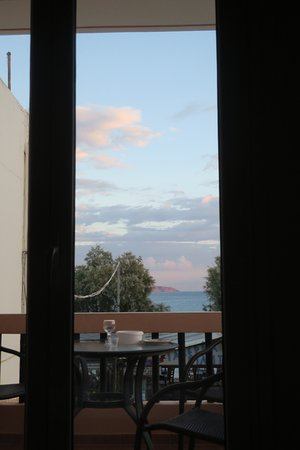 Almyrida, Grécia: morning view from the bed :)