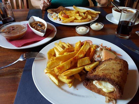 Gieten, Holland: Van het schnitzelmenu; cordon bleu. Lekker eten voor weinig en toch genoeg.