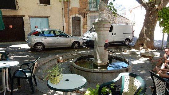 Saint-Hippolyte-du-Fort, فرنسا: La terrasse du Bar L'Oasis : une belle fontaine la rafraichit