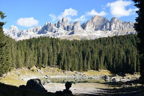 Nova Levante, Italia: Lago di Carezza con Vista Dolomiti