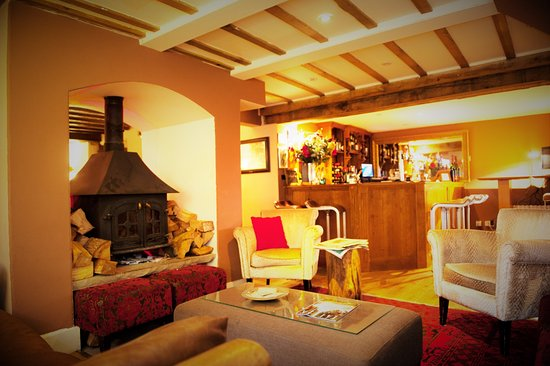 Hurley, UK: Recpetion area with  log fire and  leather sofas and chairs. Perfect to umwind