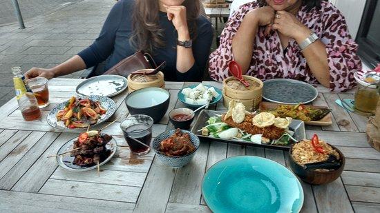 Zwijndrecht, Hollanda: Tafeltje vol op het terras