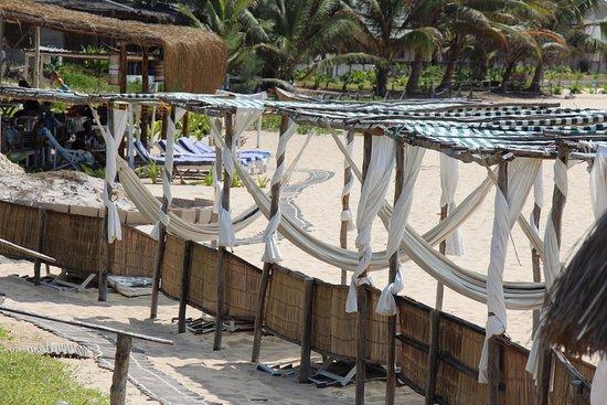 Tofo, Mozambique: Til hver bungalow hører der hængekøje og solseng - smart og lækkert lavet