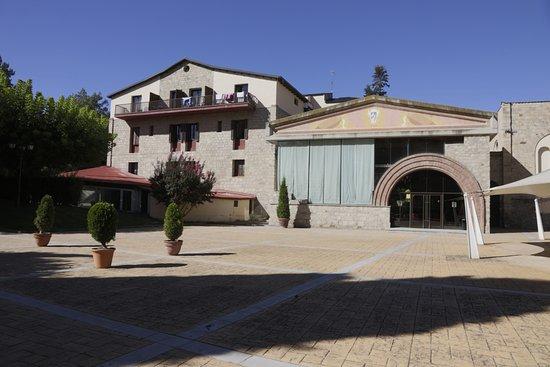 Vallfogona de Riucorb, Spain: Parte trasera del hotel. Comedor y terraza para celebraciones