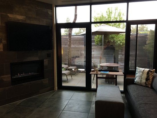 Bardessono: Living room with fireplace and patio access