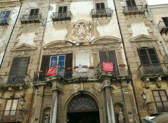 Province of Palermo, Italia: su piazza Bologni
