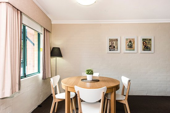 Subiaco, Australien: Extendable dining table for 4 - 6 guests.
