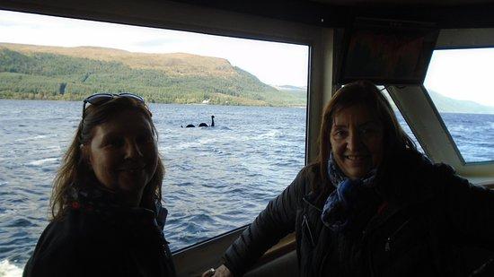 Fort Augustus, UK: Paseando en barquito por el lago Ness con una amiga y de fondo Nessi!!