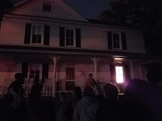 Dahlonega, GA: One of the stops along the ghost tour. Our tour guide giving us a wonderful spooky tale!