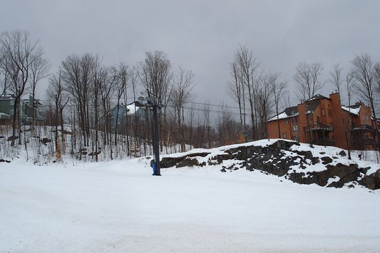 Mansonville, Canada: slope outside the apartments