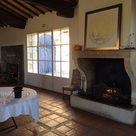 Sauternes, Frankrike: The tasting room fireplace