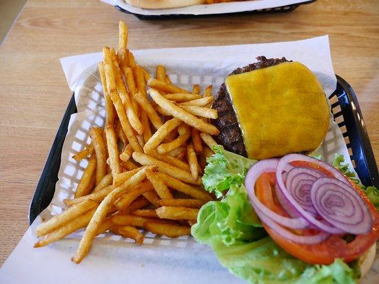 Lee Vining, CA: 1/2 pound Angus Cheeseburger