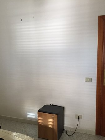 Hotel La Perla: Bare wall with missing something?
