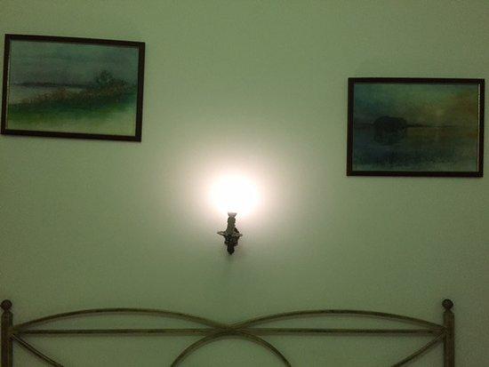 Hotel La Perla: Bare bulb?