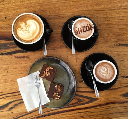 Mount Barker, Australien: Speciality coffee, hot chocolates and delicious range of cakes and slices
