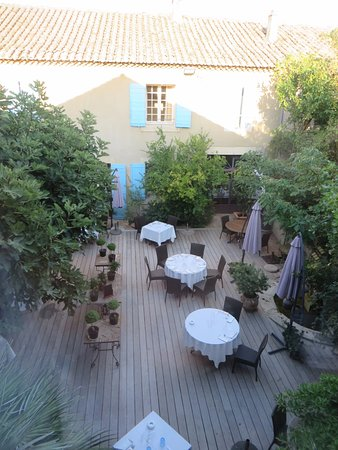 Noves, Francia: Looking down on courtyard dining area from our room.