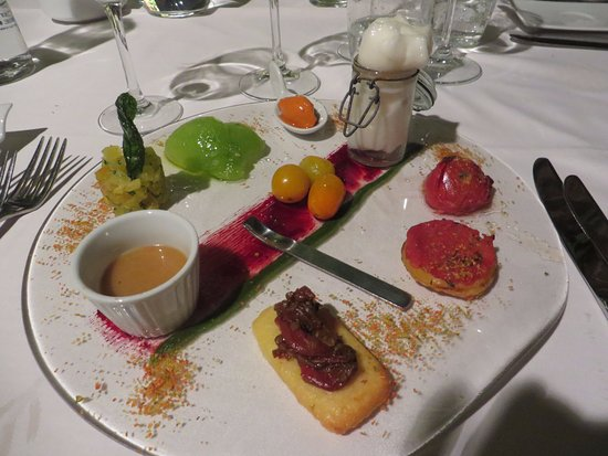 Noves, Francia: Entree: tomato four ways.